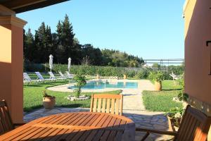 Villa Livadi, Vily  Magouládes - big - 8