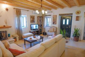 Villa Livadi, Vily  Magouládes - big - 21