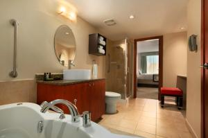 Embassy Suites by Hilton - Montreal, Hotely  Montreal - big - 23