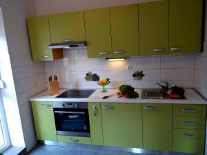 SUNNY apartment in the city centre, Apartmanok  Zára - big - 9