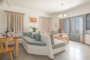 Aspronisi Luxury Villa with Caldera View, Villen  Megalochori - big - 30