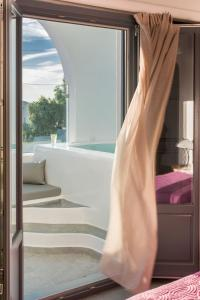 Aspronisi Luxury Villa with Caldera View, Villen  Megalochori - big - 36
