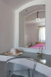 Aspronisi Luxury Villa with Caldera View, Villen  Megalochori - big - 40