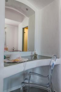 Aspronisi Luxury Villa with Caldera View, Villen  Megalochori - big - 42