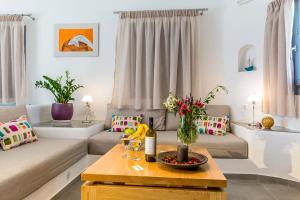 Aspronisi Luxury Villa with Caldera View, Villen  Megalochori - big - 33