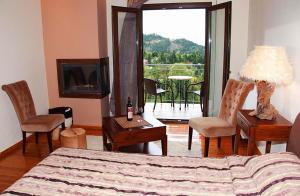 Δίκλινο Δωμάτιο με 1 Διπλό ή 2 Μονά Κρεβάτια και Τζάκι
