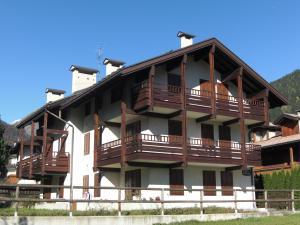 Residence Rododendro, Apartmanok  Pinzolo - big - 1