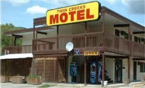 Twin Creeks Motel - Accommodation - Lumby