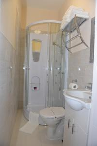 Single Room with Shower Global Lodge