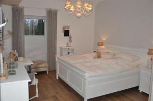 White Cottage Garden - Emstek