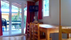 Camping La Cascade, Apartmanházak  Le Bourg-d'Oisans - big - 10