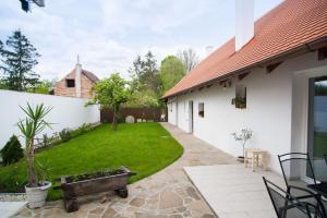 Slovácká chalupa, Dovolenkové domy  Strážnice - big - 14