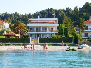 obrázek - Beachfront Villa with garden