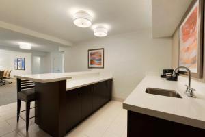 Embassy Suites by Hilton Milwaukee Brookfield, Hotels  Brookfield - big - 40