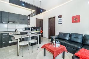 777 Apartments Cars _ Main City