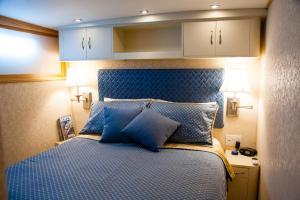 Ocean Romance Dockside Bed & Breakfast Yacht, Bed and Breakfasts  Newport - big - 59