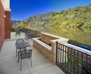 Hampton Inn & Suites Pittsburgh Waterfront West Homestead