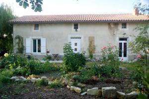 Location gîte, chambres d'hotes Willow Tree Cottage dans le département Charente 16