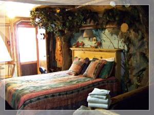 Castle Wood Theme Cottages- COUPLES ONLY, Hotels  Big Bear Lake - big - 72