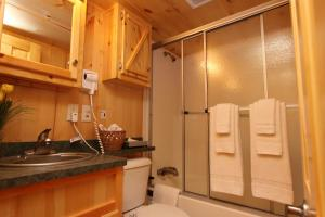 Lakeland RV Campground Loft Cabin 5, Комплексы для отдыха с коттеджами/бунгало  Edgerton - big - 11