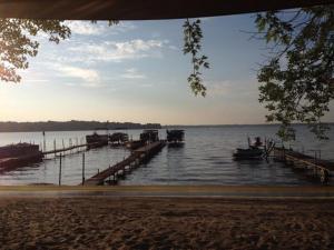Lakeland RV Campground Loft Cabin 5, Комплексы для отдыха с коттеджами/бунгало  Edgerton - big - 16
