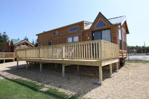 Lakeland RV Campground Loft Cabin 7, Ferienparks - Edgerton