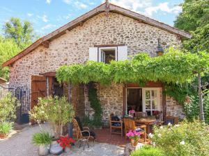 Location gîte, chambres d'hotes Quaint Cottage in Roussines with Swimming Pool dans le département Charente 16