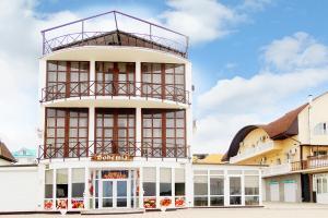 Отель Богемия, Новомихайловский