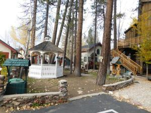 Castle Wood Theme Cottages- COUPLES ONLY, Hotels  Big Bear Lake - big - 89