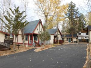 Castle Wood Theme Cottages- COUPLES ONLY, Hotels  Big Bear Lake - big - 91