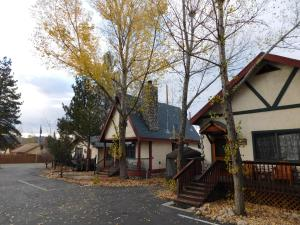 Castle Wood Theme Cottages- COUPLES ONLY, Hotels  Big Bear Lake - big - 99