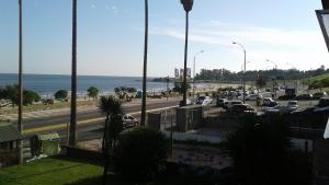 Balcony into Buceo Beach, Apartmány  Montevideo - big - 2