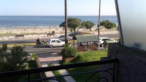 Balcony into Buceo Beach, Apartmány  Montevideo - big - 3