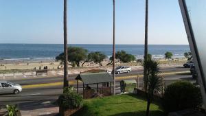 Balcony into Buceo Beach, Apartmány  Montevideo - big - 4