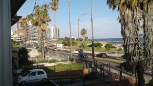 Balcony into Buceo Beach, Apartmány  Montevideo - big - 6