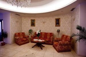 Hotel Maxim, Отели  Орадя - big - 37