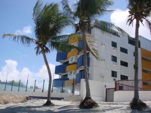 . Apartamento em prédio Beira Mar
