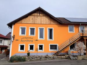 Top 13 Berg bei Rohrbach vacation rentals with pool