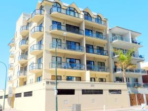 Glenelg Beachside Luxury Apart..