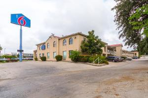 Motel 6 San Antonio - Fiesta Trails, Motelek  San Antonio - big - 1
