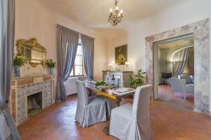 Maggio Frescoes Halldis Apartment