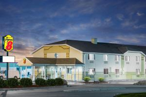 Super 8 by Wyndham Clearfield - Accommodation