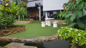 First and Frang Hotel - Thongsala