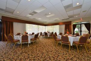 Best Western Plus Tucson Int'l Airport Hotel & Suites, Отели  Тусон - big - 48