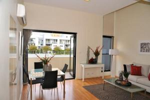 Camperdown Self-Contained Modern One-Bedroom Apartment (7DUN)