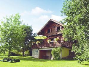 Location gîte, chambres d'hotes Cozy Chalet with Breathtaking Views in Hommert dans le département Moselle 57