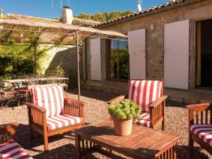 Stylish Villa in Fraisse-des-Corbieres with Swimming Pool