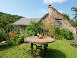 Beautiful Cottage near Forest in Juillac - Hotel