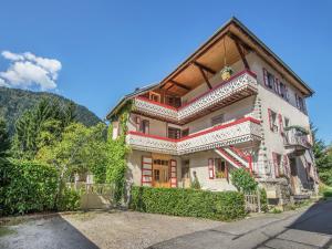 Location gîte, chambres d'hotes Vibrant Chalet with Private Pool in Saint-Jean-d'Aulps dans le département Haute Savoie 74