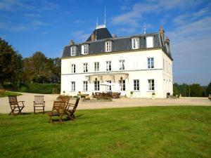 Location gîte, chambres d'hotes Heritage Castle in Asnieres with Garden dans le département Eure 27